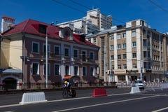 MINSK VITRYSSLAND - JUNI 25, 2019: Cyklisten från Slovakien på den Merida Warp TT cykeln deltar i delade män startar det individu arkivfoto