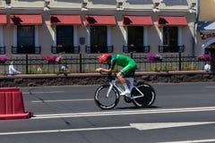 MINSK VITRYSSLAND - JUNI 25, 2019: Cyklisten från Ukraina deltar i delade män startar det individuella loppet på de 2nd europeisk arkivfoto