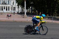MINSK VITRYSSLAND - JUNI 25, 2019: Cyklisten från Ukraina på den Colnago cykeln deltar i delade män startar det individuella lopp arkivfoto