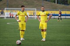 MINSK VITRYSSLAND - JUNI 29, 2018: Fotbollplayerslooks på under den vitryska premier leaguefotbollsmatchen mellan FC Luch och FC Arkivbild