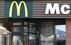 MINSK VITRYSSLAND - juni 6, 2017: Logo för McDonald ` s ovanför ingången till restaurangen McDonald ` s är den största kedjan för Royaltyfria Foton