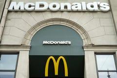 MINSK VITRYSSLAND - juni 7, 2017: Logo ovanför ingången till restaurangen för McDonald ` s McDonald ` s är den största kedjan för Royaltyfri Bild