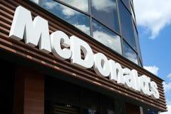MINSK VITRYSSLAND - juni 16, 2017: Logo ovanför ingången till restaurangen för McDonald ` s McDonald ` s är den största kedjan fö Arkivfoto