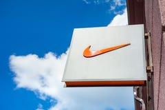 Minsk Vitryssland, juni 16, 2017: Nike logo på en fasad av ett lager Arkivbilder