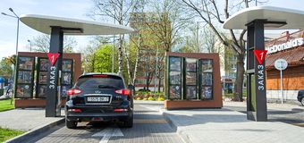 Minsk Vitryssland - kan 18, 2017: Drev för McDonald ` s till och med service Royaltyfri Bild