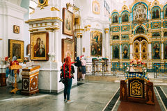 Minsk, Vitryssland Kvinnaförsamlingsbo som ber i domkyrka av den heliga anden Royaltyfri Bild
