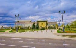 MINSK VITRYSSLAND - MAJ 01, 2018: Den suddiga sikten av slotten av republiken är en vitrysk kulturell och affärsmitt fotografering för bildbyråer