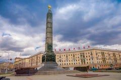 MINSK VITRYSSLAND - MAJ 01, 2018: Monumentet med den eviga flamman i heder av segern av den sovjetiska armén tjäna som soldat in  Royaltyfri Bild