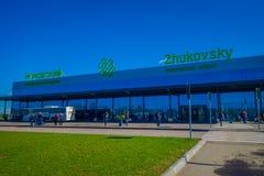 MINSK VITRYSSLAND - MAJ 01 2018: Oidentifierat folk som går för att använda övergångsstället av den Zhukovsky internationalen Royaltyfri Fotografi
