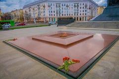 MINSK VITRYSSLAND - MAJ 01, 2018: Slut upp av grunden och den eviga flamman i monument i heder av segern av den sovjetiska armén Arkivfoto