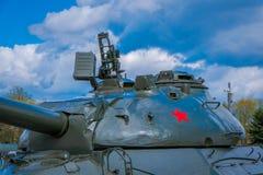 MINSK VITRYSSLAND - MAJ 01, 2018: Sovjetisk tung behållare is-2 av det stora patriotiska kriget, en utställning av det minnes- ko Royaltyfri Foto