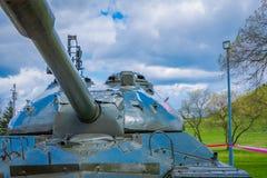 MINSK VITRYSSLAND - MAJ 01, 2018: Sovjetisk tung behållare is-2 av det stora patriotiska kriget, en utställning av det minnes- ko Fotografering för Bildbyråer