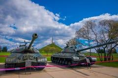 MINSK VITRYSSLAND - MAJ 01, 2018: Utomhus- sikt av den sovjetiska tunga behållaren is-2 av det stora patriotiska kriget, en utstä Arkivbilder