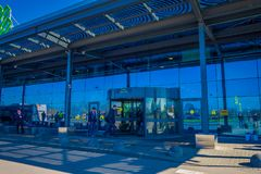 MINSK VITRYSSLAND - MAJ 01 2018: Utomhus- sikt av folk på skriva in av Zhukovsky den internationella flygplatsen, med en reflexio fotografering för bildbyråer