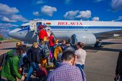 MINSK VITRYSSLAND - MAJ 01 2018: Utomhus- sikt av unidentiifed folk som stiger ombord flygbolagen för tupolev Tu-154 EW-85741 Bel Arkivfoton