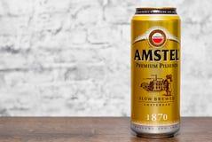 Minsk Vitryssland - November 25, 2018: Kunna av Amstel högvärdigt Pilsener öl på trätabellen på grå väggbakgrund arkivfoton