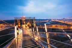 Minsk, Vitryssland Observationsdäck på byggnad för nationellt arkiv Cityscape i aftonnattbelysning under blå himmel Arkivfoton
