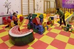 MINSK VITRYSSLAND REPUBLIK - Oktober 10, 2016: barns lekplats inom lokalen Royaltyfria Bilder