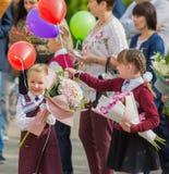 Minsk, Vitryssland - September 1, 2018 barn och föräldrar med flo royaltyfria bilder
