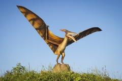 Minsk Vitryssland - September 17, 2017: Realistiska modeller av flygödladinosaurusen i Dino Park Royaltyfria Bilder