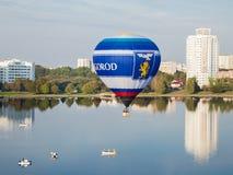 Minsk, Vitryssland 13-September-2014: sikt av baloonflyget för varm luft Fotografering för Bildbyråer