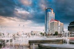 Minsk, Vitryssland Stadsspringbrunnar på bakgrund av affärsmitten Royaltyfri Bild