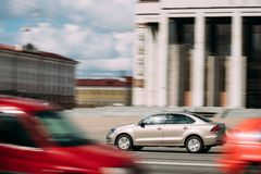 Minsk, Vitryssland Titanfärg Volkswagen Polo Car In Fast Motio Royaltyfria Bilder