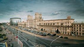Minsk, Vitryssland Två berömda byggnadstorn - portar av Minsk, stationsfyrkant Sovjetiskt arv arkivfilmer