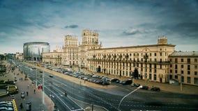 Minsk, Vitryssland Två berömda byggnadstorn - portar av Minsk, stationsfyrkant Sovjetiskt arv stock video