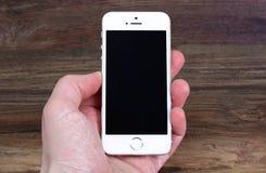 Minsk, Weißrussland - 16. April 2016: Apple-iPhone 5, 5S Weißes versi Lizenzfreies Stockfoto