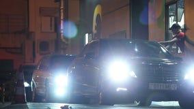 Minsk, Weißrussland, am 17. April 2018: Empfangende Bestellung des Kunden von McDonald-` s Antrieb durch Service Autos mit Schein stock video