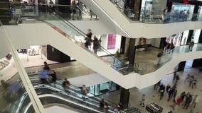 Minsk, Weißrussland, am 17. April 2017: Käufer besuchen das Mall ` Galerie ` timelapse stock video