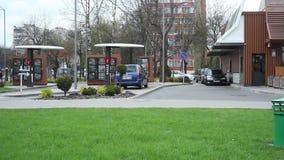 Minsk, Weißrussland, am 24. April 2018: Moderner McDonald-` s Antrieb durch Service stock video footage