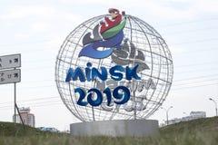 Minsk Weißrussland - 21. April 2019: Pfifferlingmaskottchen der 2. europäischen Spiele auf der Straße von Minsk lizenzfreies stockfoto