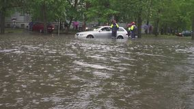 minsk Weißrussland - 21 05 2018: Autos auf der Straße überschwemmt mit Regen stock video