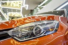 Minsk, Weißrussland - 20. Dezember 2017: Scheinwerfer Renault Kaptur lizenzfreie stockfotografie