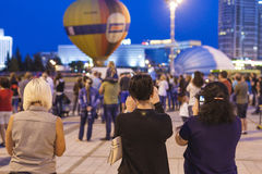 Minsk-Weißrussland, am 19. Juli 2015: Drei Freundinnen, die Fotos machen Stockbild