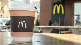Minsk, Weißrussland, am 2. Juli 2019: Hummel auf einem Papiertasse kaffee mit Mcdonald-Logo auf Tabelle in der Mcdonald-Restauran stock video