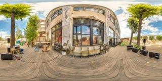 Minsk, Weißrussland - 2018: kugelförmiges Panorama 3D des Parteidachbodenhofes mit Platz für das Sitzen mit Winkel der Betrachtun Stockfotografie