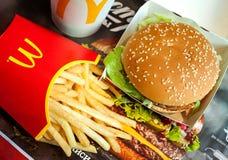 Minsk, Weißrussland, am 6. Mai 2018: Big Mac-Hamburgermenü in McDonald-` s Restaurant Lizenzfreies Stockfoto
