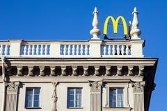 Minsk, Weißrussland, am 7. Mai 2018: Logo von Mcdonald-` s auf Dach des Gebäudes Stockbilder