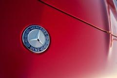 Minsk, Weißrussland, am 19. Mai 2018: ` Mercedes-Benz-` Emblem auf einer roten Autohaube Lizenzfreie Stockbilder