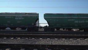 Minsk Wei?russland im April 2019 Die Autos eines G?terzugs, der Schienen weitergeht stock footage