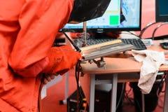 MINSK, WEISSRUSSLAND - 18. April 2017: Ein Mann mit einem Schweißgerät schweißt Eisen auf TIBO-2017 das 24. International fachkun Lizenzfreie Stockfotografie