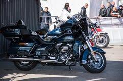 MINSK, WEISSRUSSLAND - 24. APRIL 2016 SCHWEIN Harley Davidson Owners Group-Saisonöffnungsshow Großaufnahme modernen Harley Davids Lizenzfreie Stockfotos