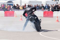 MINSK, WEISSRUSSLAND - 24. APRIL 2016 SCHWEIN Harley Owners Group-Öffnung, die Jahreszeitshow fährt Berufsreiter, der mit nagelne Stockbilder