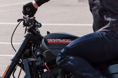 MINSK, WEISSRUSSLAND - 24. APRIL 2016 SCHWEIN Harley Owners Group-Öffnung, die Jahreszeitshow fährt Großaufnahme des Mannes, der  Lizenzfreie Stockbilder