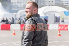 MINSK, WEISSRUSSLAND - 24. APRIL 2016 SCHWEIN Harley Owners Group-Öffnung, die Jahreszeitshow fährt Großaufnahme des Mannes im ec Stockbild