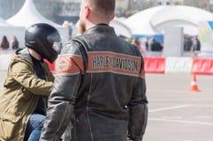 MINSK, WEISSRUSSLAND - 24. APRIL 2016 SCHWEIN Harley Owners Group-Öffnung, die Jahreszeitshow fährt Großaufnahme des Mannes im ec Lizenzfreie Stockfotografie