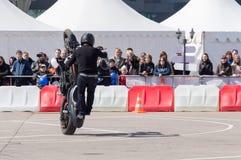 MINSK, WEISSRUSSLAND - 24. APRIL 2016 SCHWEIN Harley Owners Group-Öffnung, die Jahreszeitshow fährt Mannbremsungsreiten mit schwa Stockbild